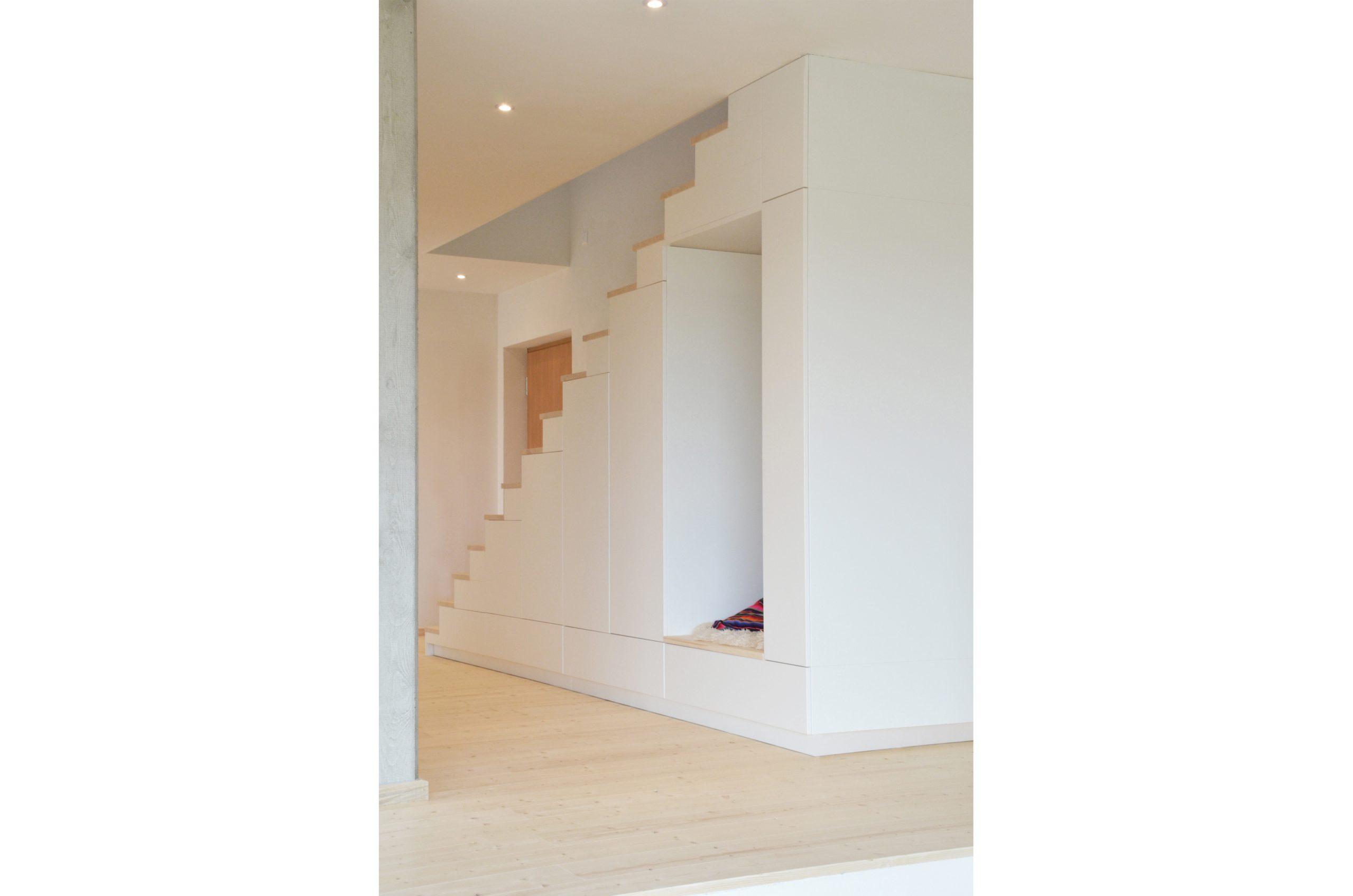 jacob-mayer-voigt-architekt-interior-design-architektur-holzhaus-design-treppe-minimalismus-garderobe